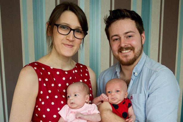 Una mujer que nació sin órganos reproductivos da a luz a gemelas