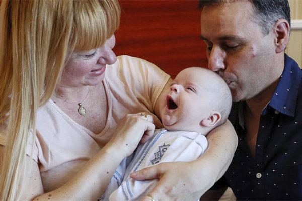 El emotivo encuentro de padres argentinos con sus bebés que nacieron por viente subrogados en Ucrania